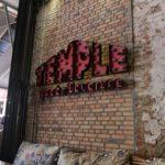 シェムリアップの「テンプル・クラブ」と「ラッキーモール」の赤いトートバッグ