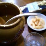 焼酎「甕雫(かめしずく)」と、かきたねキッチンの柿の種
